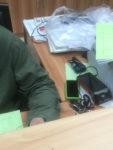 telefon, cigarety a další osobní věci na kancelářském stole