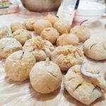 plněné bramborové knedlíky na pracovním stole