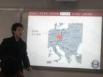 Student stojící vedle prezentace na téma kupecké stezky ve střední evropě