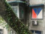česká vlajka místo záclon v okně