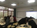 2 skupiny studentů pracující na zadání