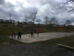 Děti hrající basketbal na rapotínském hřišti