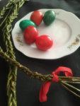 pomlázk a nabarvená vejce