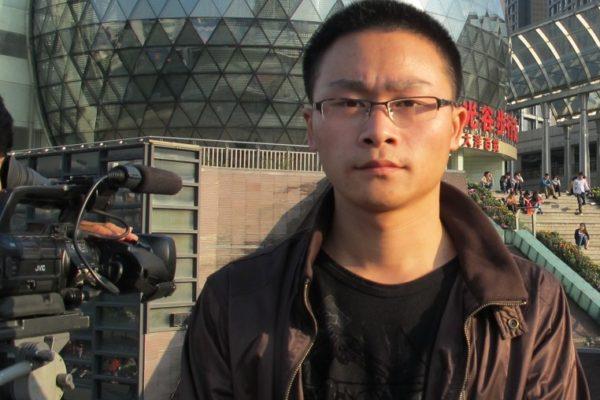 čínský dokument Cesta ven Číňan stojící před kamerou na pozadí města